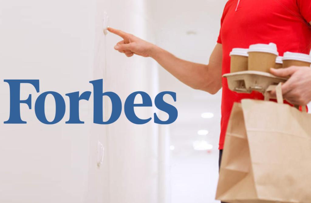 Entregador apertando campainha com entrega na mão. Forbes